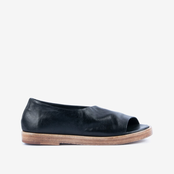 Scarpa Sandalo in pelle nera. Suola-in-cuoio-a-contrasto-color-naturale